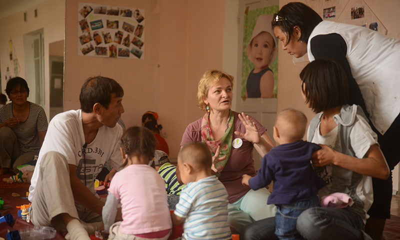 Afternoon in the self-help group: parents and children playing